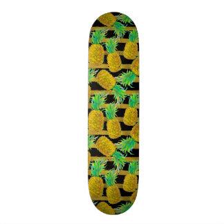 Gouden Ananassen op Strepen Skate Deck