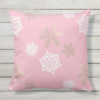 gouden en witte sneeuwvlokken tegen bord - roze buitenkussen