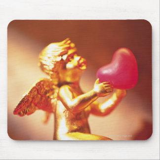 Gouden engel die roze hart, zacht zijaanzicht muismatten