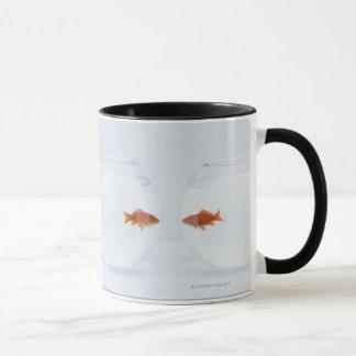 Goudvis in afzonderlijke fishbowls die gezicht mok