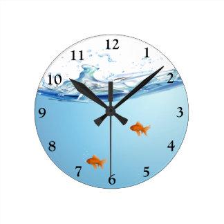 Goudvis onder wateraquarium ronde klok