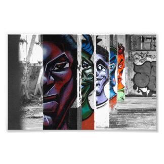 graffiti gezichten in een verlaten gebouw foto afdruk