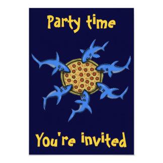 Grappige pizza die de uitnodigingskaart eten van kaart