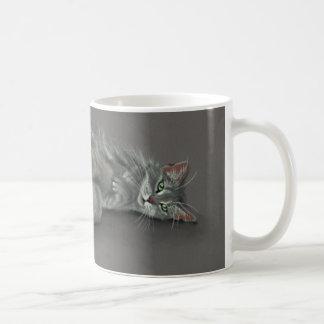 Grijze Kat die de Mok van de Koffie verlengen
