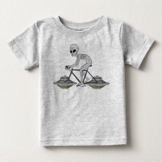 Grijze Vreemde Berijdende Fiets met de Wielen van Baby T Shirts