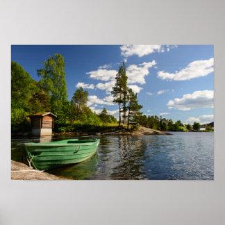 Groene boot in een fjord in het posterdruk van poster