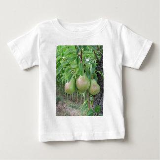 Groene peren die op een het groeien perenboom baby t shirts