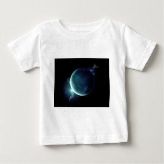 groene planeet in het heelal met aura en sterren baby t shirts