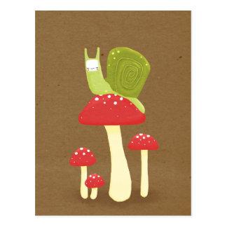 Groene slak op rode gespikkelde paddestoelen briefkaart
