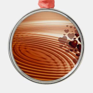 Groep rode harten die in de trillingen stromen zilverkleurig rond ornament