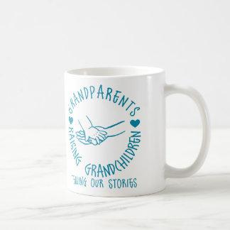 Grootouders die Kleinkinderen opheffen Koffiemok