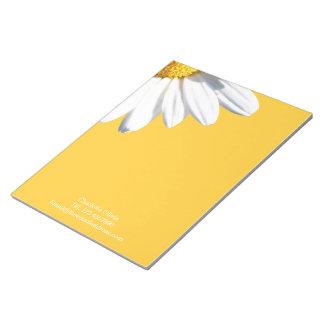 Grote Daisy op Gele Gepersonaliseerde Achtergrond Notitieblok