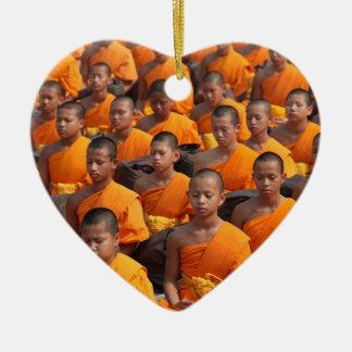 Grote Groep het Mediteren van Monniken Keramisch Hart Ornament