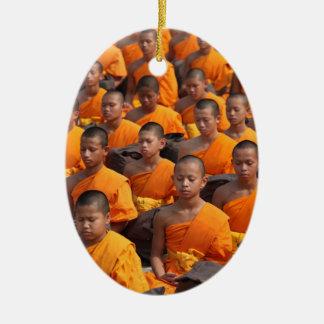 Grote Groep het Mediteren van Monniken Keramisch Ovaal Ornament
