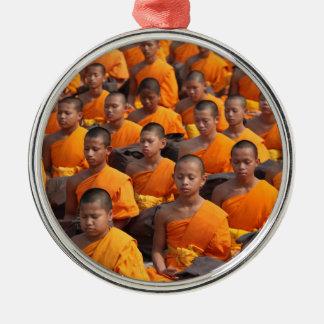 Grote Groep het Mediteren van Monniken Zilverkleurig Rond Ornament