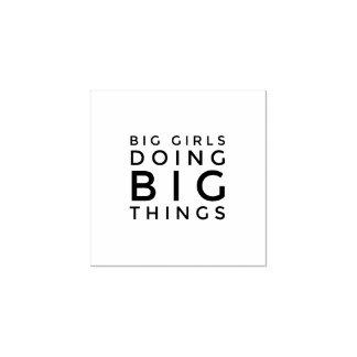 Grote Meisjes die de Grote RubberZegels van Dingen Rubberenstempel