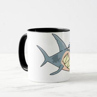 Haai Gebruikend een Mok van de Tandenstoker