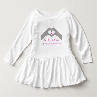Hand die hart maakt met het lint van borstkanker baby jurk