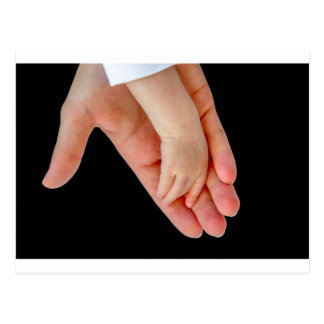 Hand van moeder met wapen van baby op zwarte briefkaart