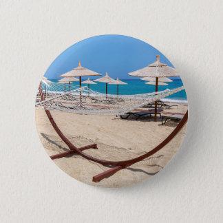 Hangmat met strandparaplu's bij kust ronde button 5,7 cm