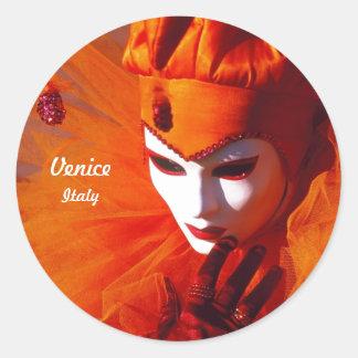 Harlekijn met Oranje Kostuum en Wit Masker Ronde Sticker