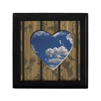 Hart uit hout met blauwe hemel en wolken wordt ges decoratiedoosje