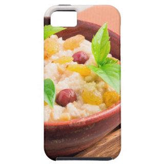 Havermeel met rozijnen en bessen in een houten kom tough iPhone 5 hoesje