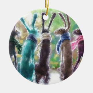 Hazen met sjaals rond keramisch ornament
