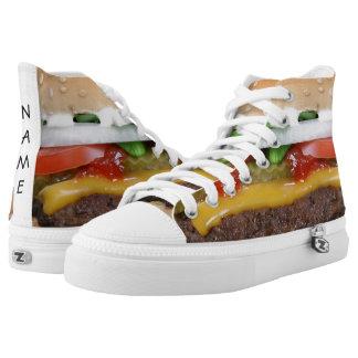 heerlijke cheeseburger met groenten in het high top schoenen