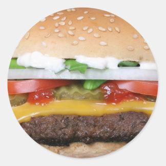 heerlijke cheeseburger met groenten in het ronde sticker