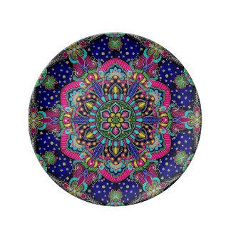 Helder kleurrijk mandalapatroon op donkerblauw porseleinen bordjes