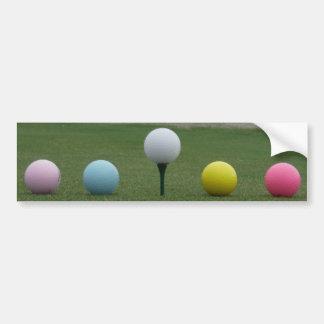 heldere gekleurde Golfballen op een berg Bumpersticker