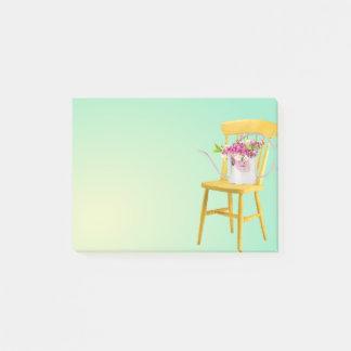 Heldere Gele Stoel met Gieter van Bloemen Post-it® Notes