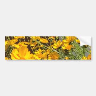 Heldere gelukkige gele bloemen in een bos bumpersticker