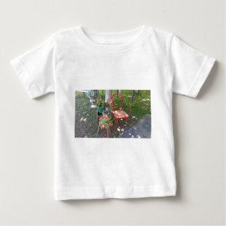 Heldere oranje tuinstoel baby t shirts