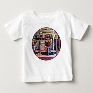 Herenkapper met het Rek van de Laag Baby T Shirts