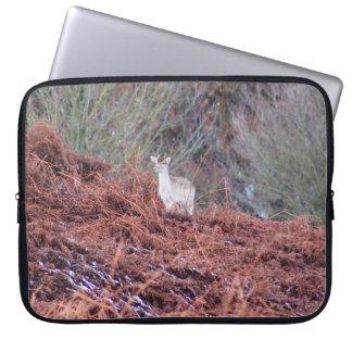 Herten op een heuvel laptop sleeve