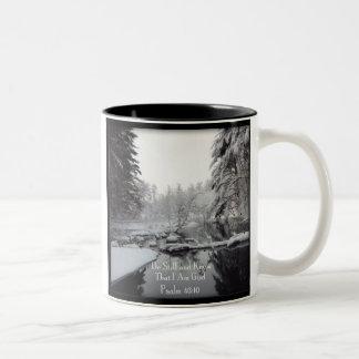 Het 46:10 van de psalm - de Scène van de Winter Tweekleurige Koffiemok