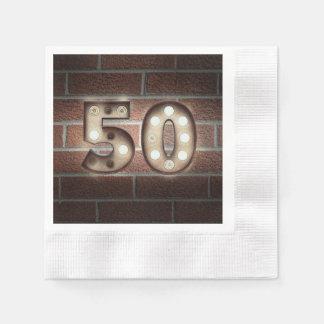 het 50ste teken van de verjaardagsmarkttent op wegwerp servetten