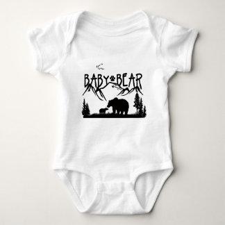 Het baby draagt in openlucht Grote T-shirt