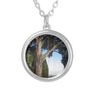 Het beklimmen van kabels die van een grote boom zilver vergulden ketting
