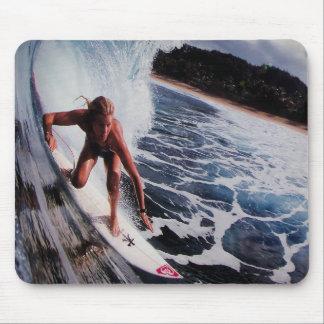 Het Berijden van de Golf van het Meisje van Surfer Muismatten