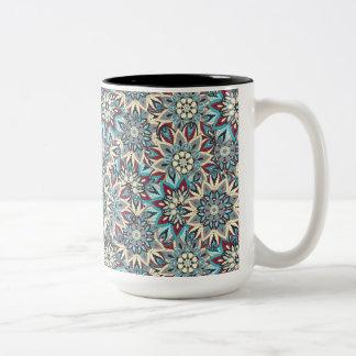 Het bloemen ontwerp van het mandala abstracte tweekleurige koffiemok