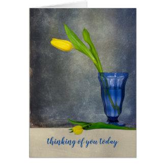 het denken aan u-gele tulp in ijscoupeglas kaart