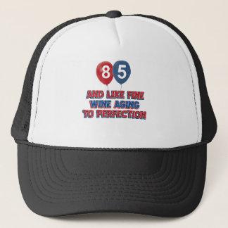 het design van de het 85ste jaarverjaardag trucker pet