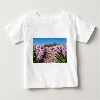 Het gebied van bloemen met roze hyacinten in baby t shirts