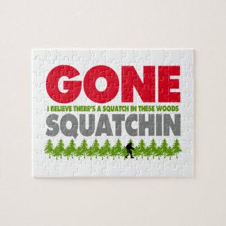 Het gegaane Verbergen van Squatchin Bigfoot in Bos Puzzel