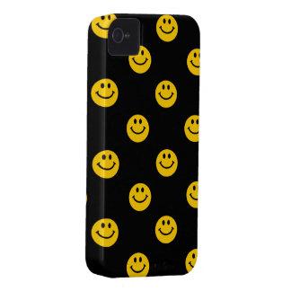 Het gele Patroon van het Gezicht Smiley op Zwarte iPhone 4 Case