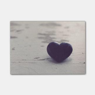 Het gevoelvolle Paarse Hart van de Steen op een Post-it® Notes
