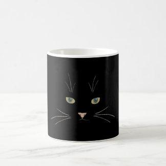 Het gezicht van de kat met ogen, neus en koffiemok